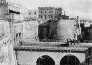A post-war picture of Valletta Main Gate with the Vernon Club in the background